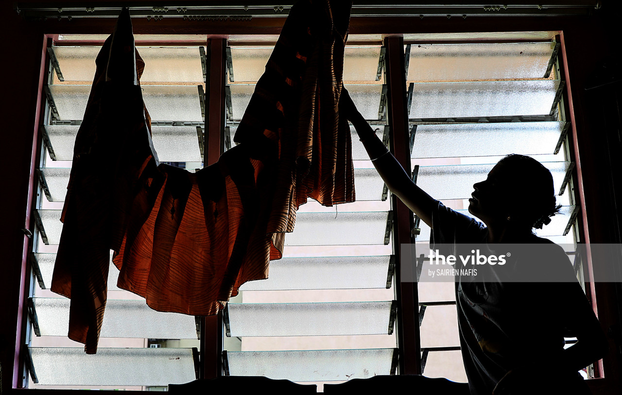 New curtains being put up ahead of Deepavali. – The Vibes pic, November 14, 2020