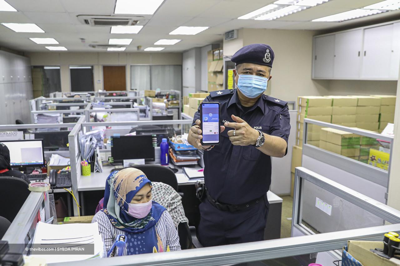 Petaling Jaya police conducting SOP compliance checks. – SYEDA IMRAN/The Vibes pic, June 1, 2021