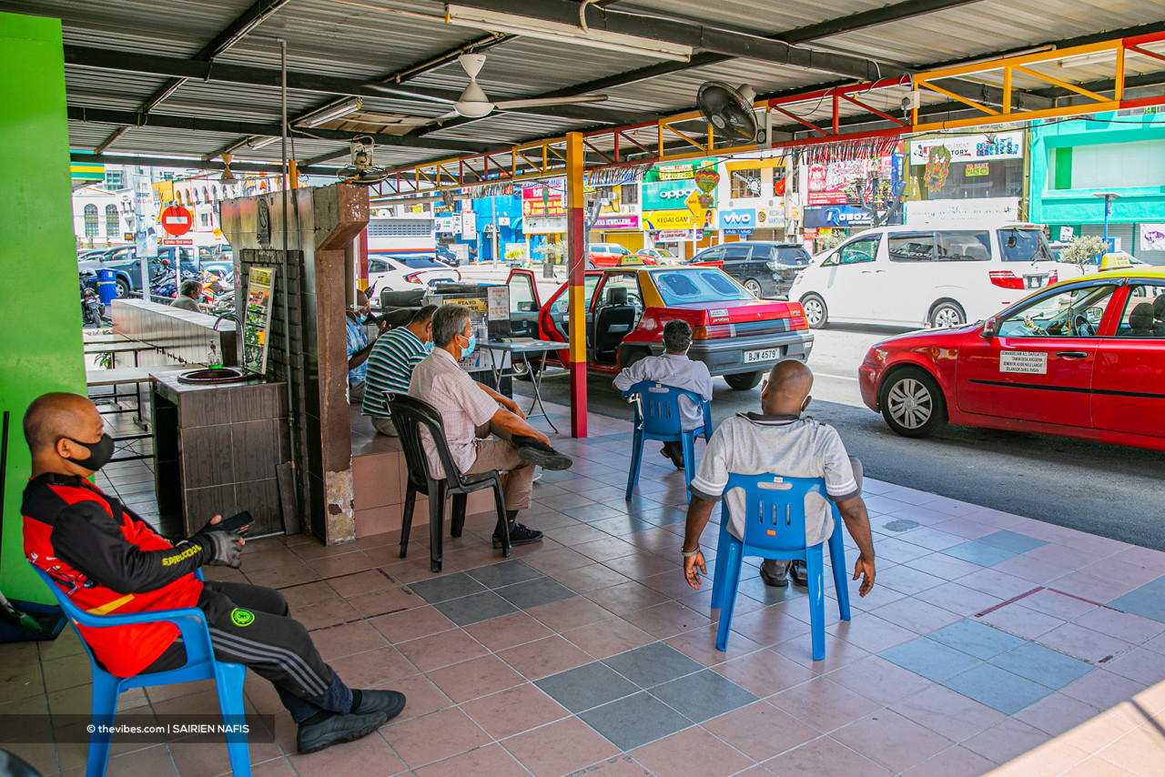 Taxi drivers in Kajang waiting for customers, who do not seem to come. – SAIRIEN NAFIS/The Vibes pic, June 1, 2021