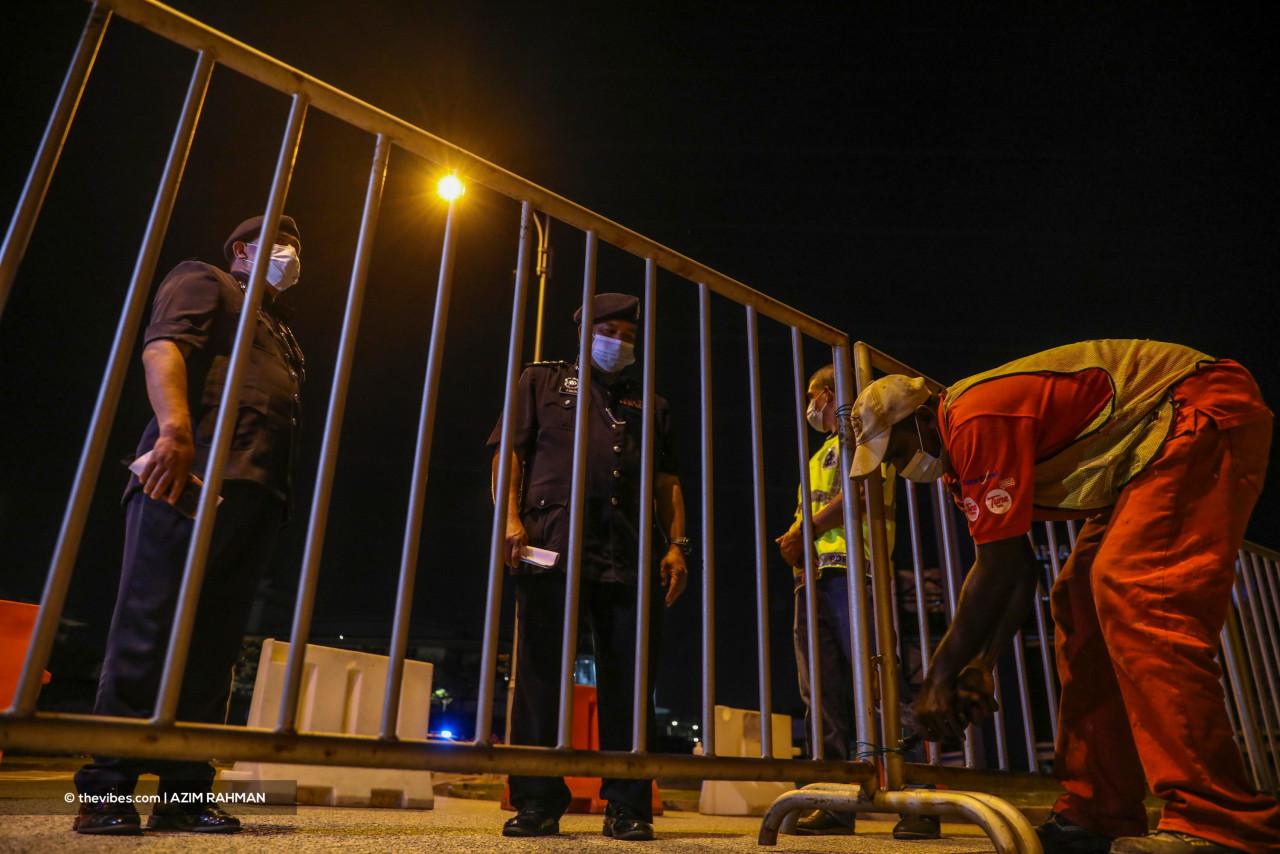 Putrajaya district police chief Mohd Fadzil Ali (centre) monitoring a road closure last night. – AZIM RAHMAN/The Vibes pic, June 1, 2021