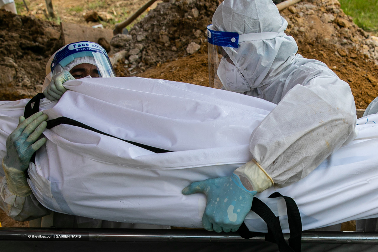 Amal Valley personnel in full PPE while handling the remains of a Covid-19 victim. – SAIRIEN NAFIS/The Vibes pic, June 2, 2021