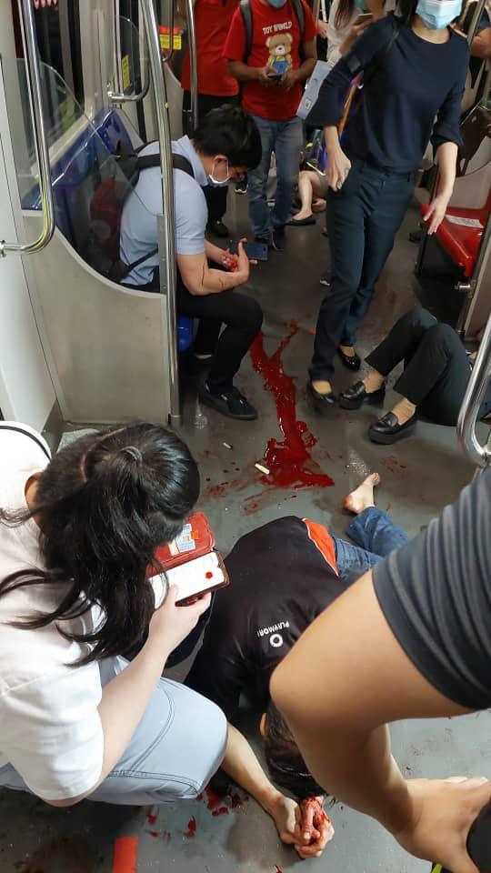 Οι επιβάτες είναι σοκαρισμένοι και πόνοι, με συντρίμμια και αίμα στο πάτωμα του τρένου.  - Φωτογραφία κοινωνικών μέσων, 24 Μαΐου 2021